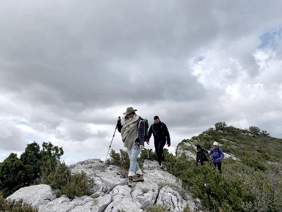 Randonnée sur les crêtes pour honorer l'air avec Anais femme-médecine et Aurélie naturopathe lors du séjour se relier au vivant en Drôme par Wacohe