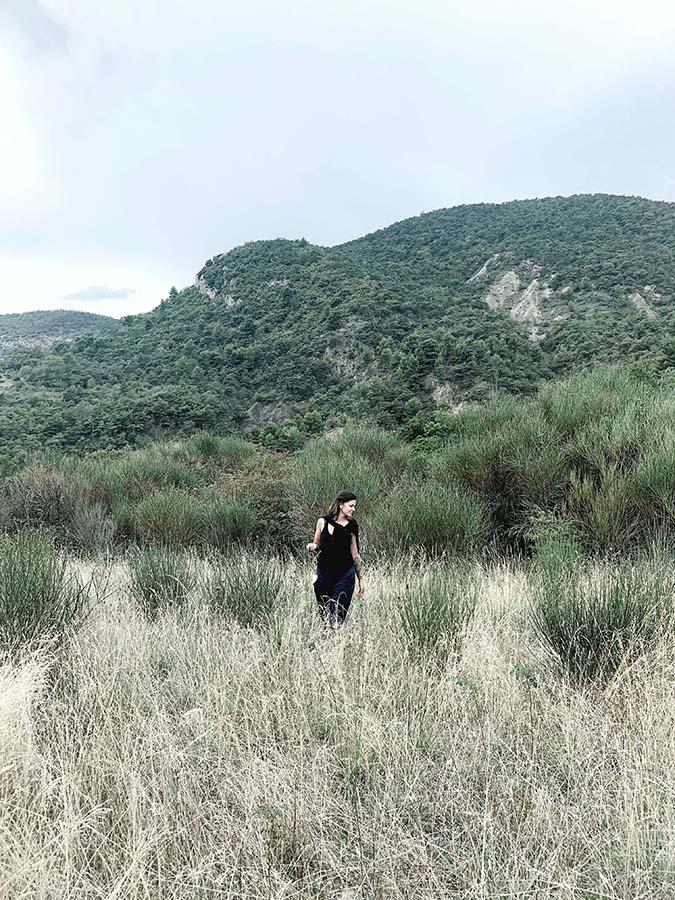 Adeline en marche dans les montagnes en Drôme provençale lors du séjour se relier au vivant et à soi de wacohe
