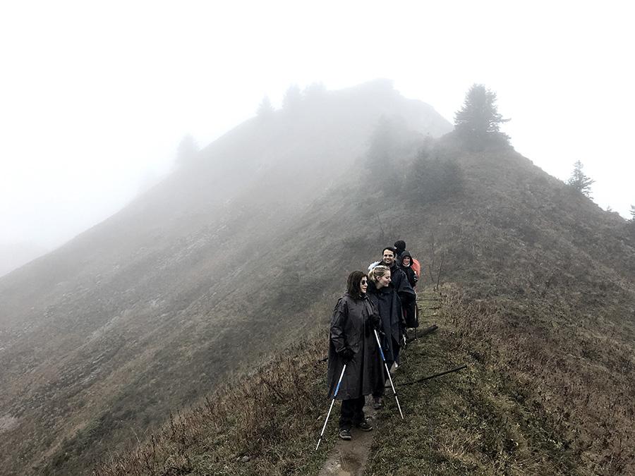 groupe de randonnée dans la brume d'une crête en haute-savoie pour le séjour rando nature et retour aux sources de wacohe