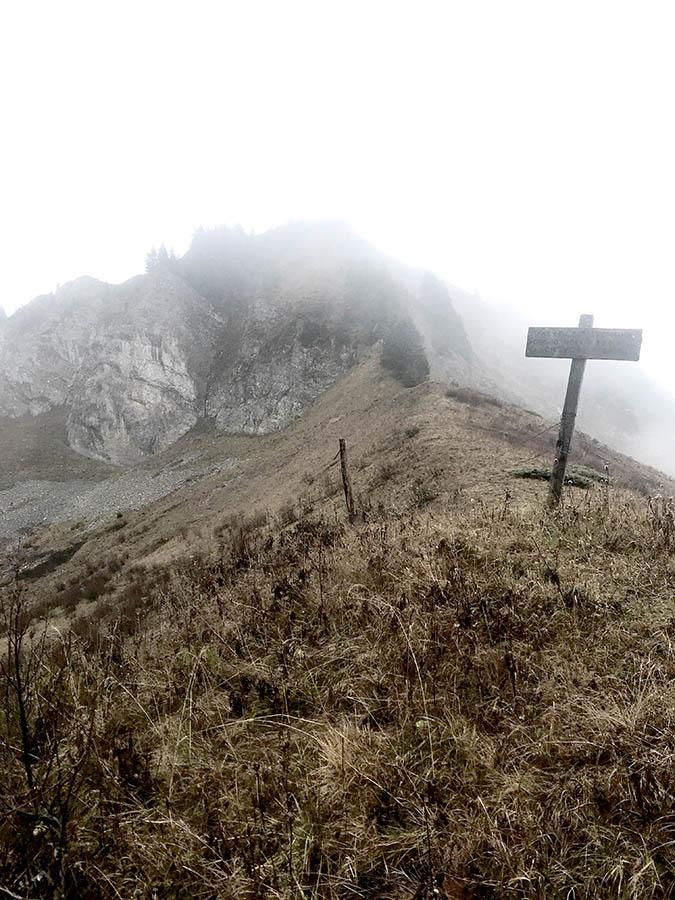 panneau dans la brume d'une crête en haute-savoie pour le séjour rando nature et retour aux sources de wacohe