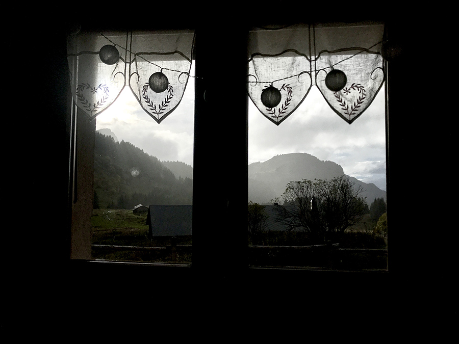 fenêtre avec vue du refuge de montagne en haute-savoie pour le séjour retour aux sources en cabane de Wacohe