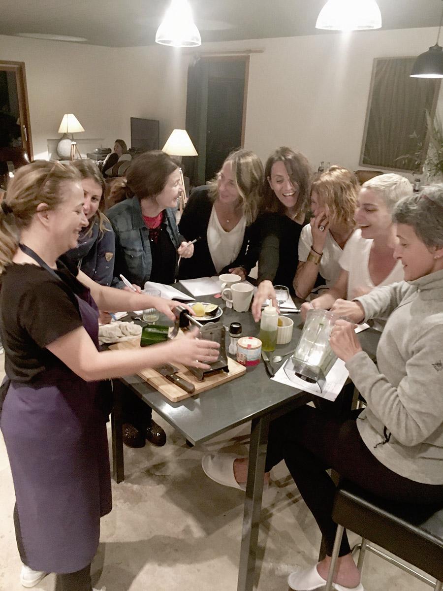 Cours de cuisine saine avec une cheffe cuisinière lors du séjour rando detox en drôme provençale par wacohe