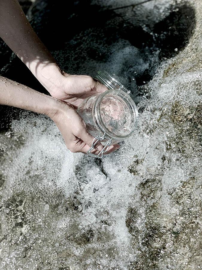Reccueillir de l'eau de source vivante pour nos remèdes médicinaux lors d'un séjour reliance aux éléments avec femme médecine et naturopathe par wacohe