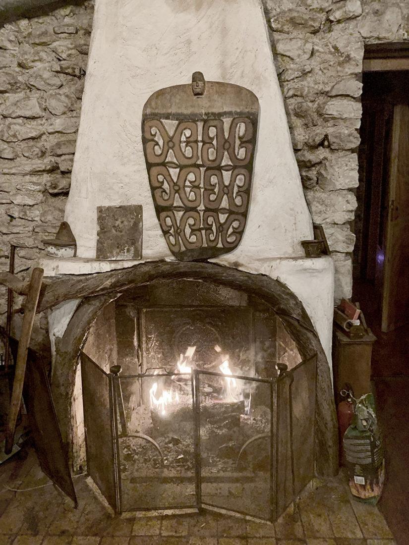 feu de cheminée dans la cabane en pleine forêt près de Fontainebleau pour les séjours wacohe