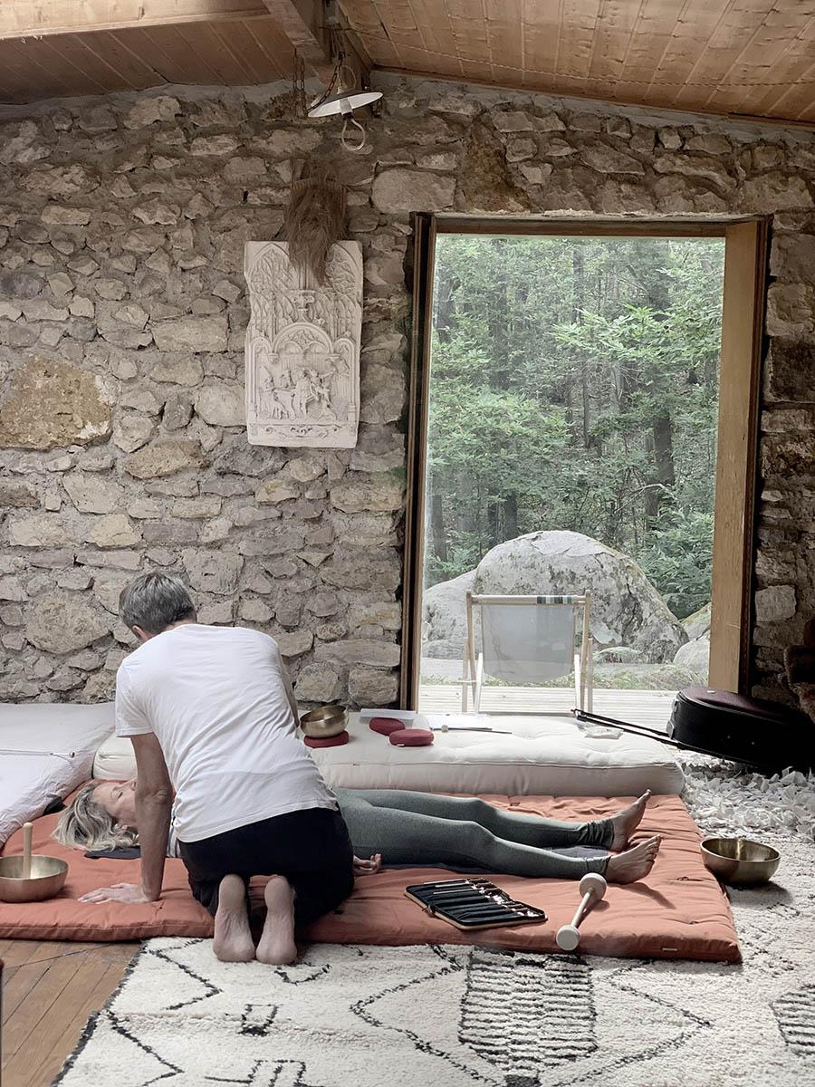Soin aux bols tibetains dans la Cabane en pleine forêt tout près de Paris près de la forêt de Fontainebleau pour les séjours wacohe