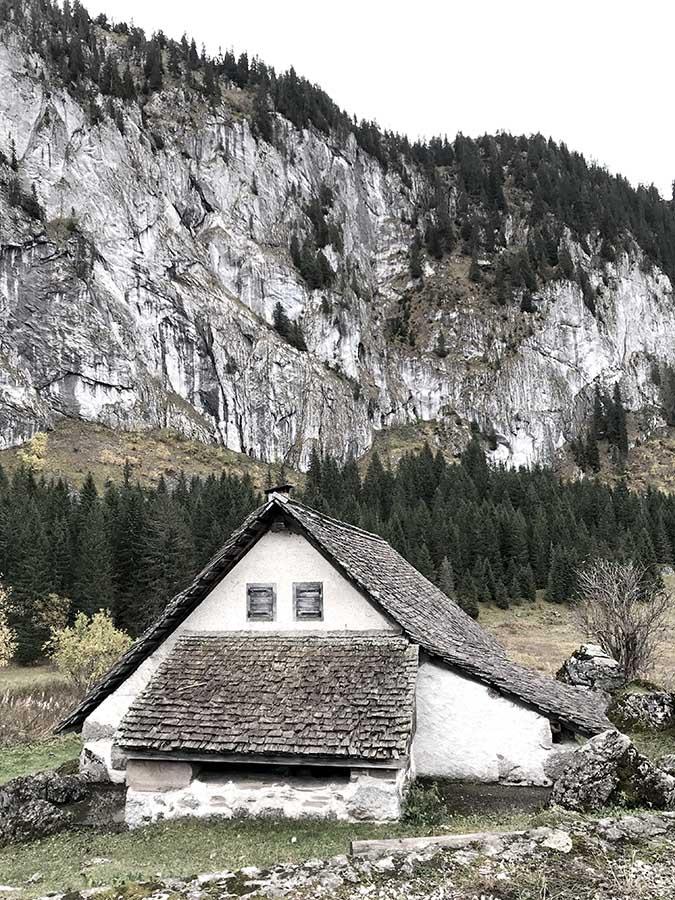 Vieille bâtisse en haute savoie lors du séjour cabane wild nature de wacohe