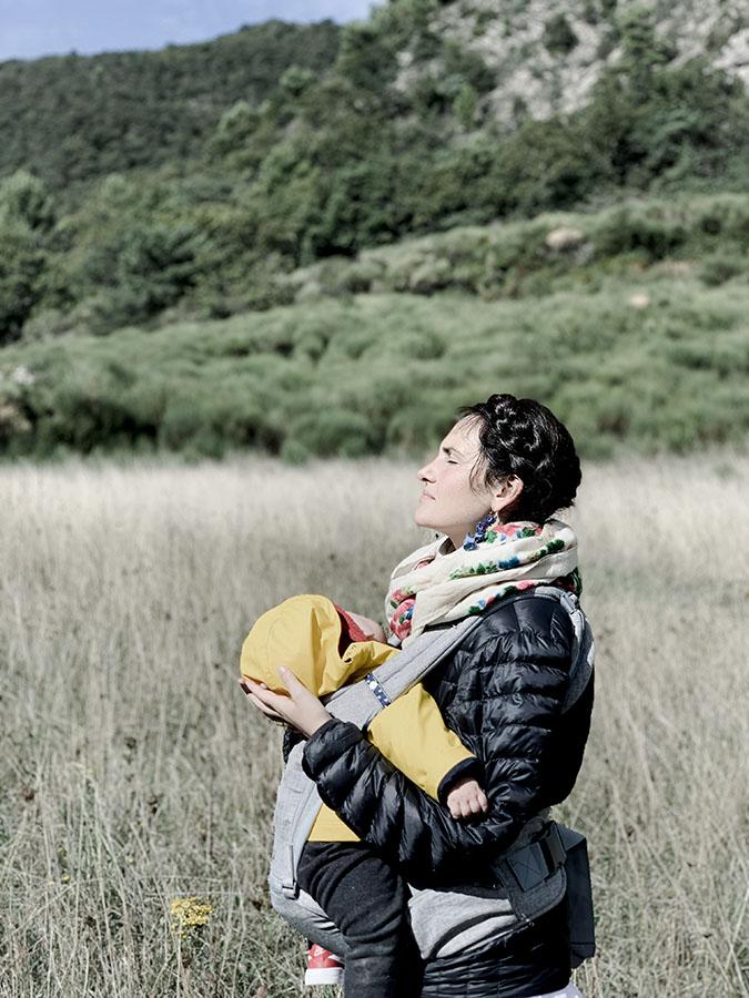 le soleil honoré par Anais femme-médecine dans un séjour reliance aux éléments et au vivant en Drôme avec wacohe